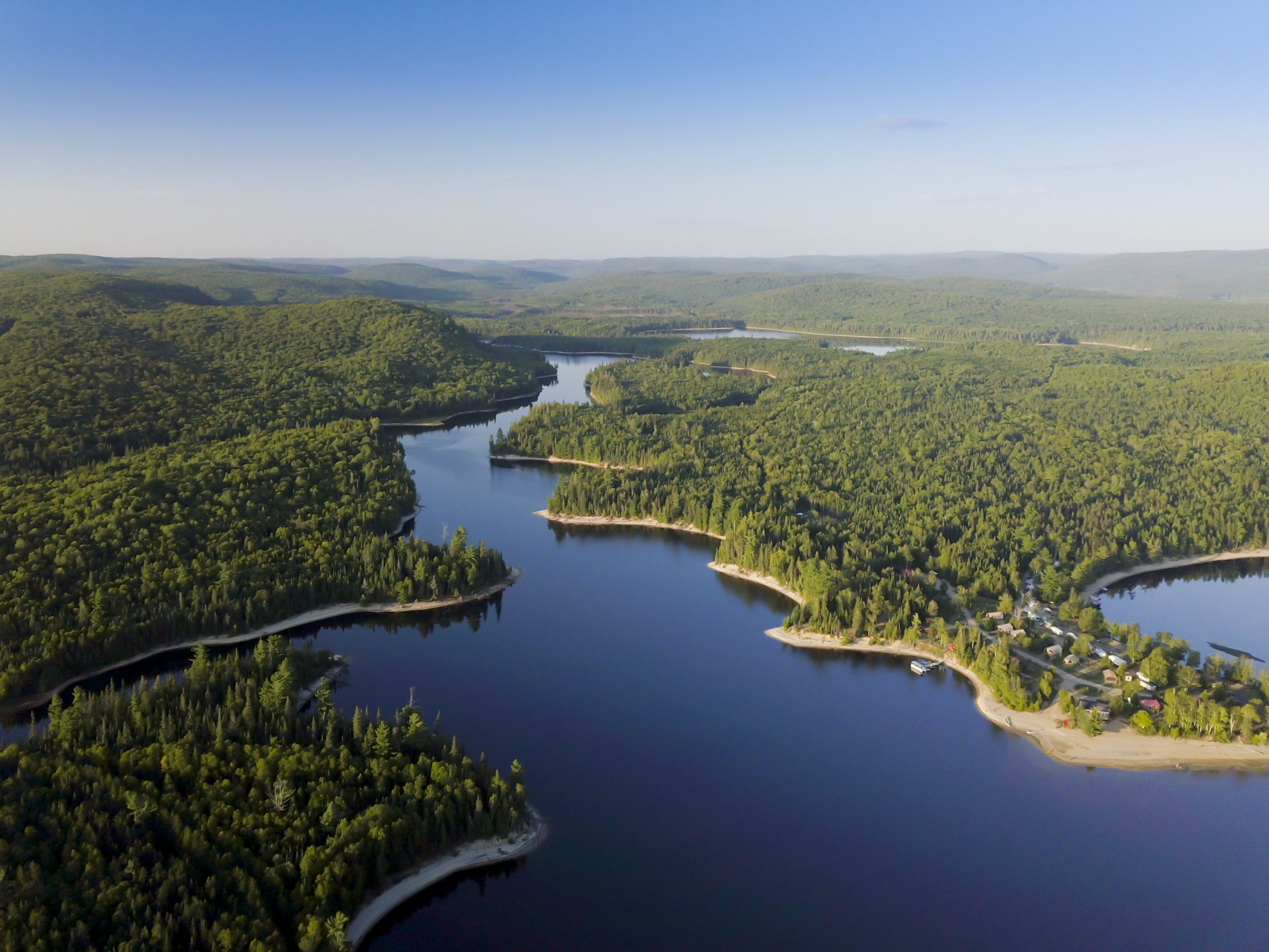 vue aérienne d'un lac dans les laurentides